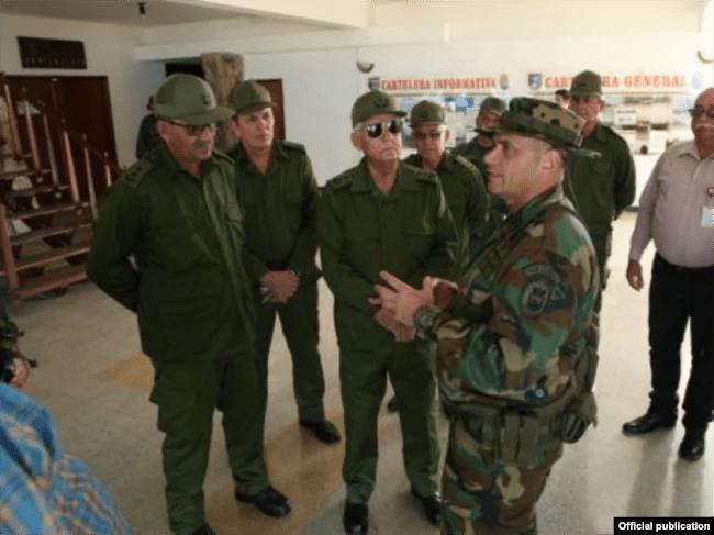 Joaquín Quintas Solá, general de cuerpo de ejército de las FAR fueron recibidos en La Orchila, base militar de la Armada Bolivariana, por el segundo comandante del Comando Estratégico Operacional (CEO), Almirante Remigio Ceballos.