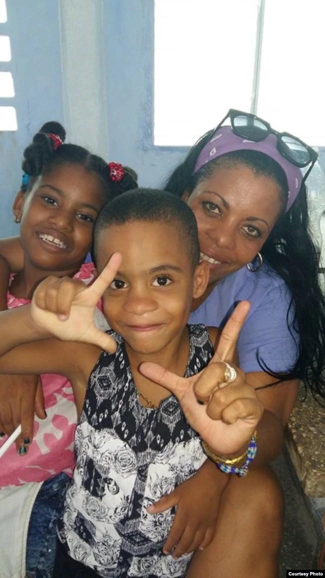 Jaqueline Heredia Morales, junto a sus hijos, en una visita que le hicieran a prisión San José, La Habana. Cortesía Serafín Morán.