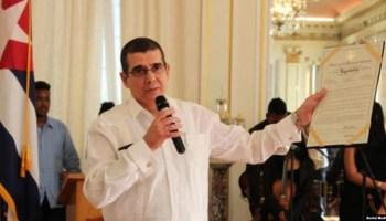 """Embajador de Cuba en EEUU, José Ramón Cabañas, muestra un reconocimeinto del Distrito de Columbia al festival """"Artes de Cuba"""". Tomado de @EmbaCubaUS"""