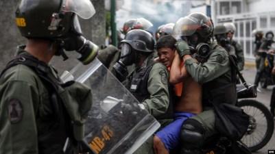 Efectivos de la Guardia Nacional Bolivariana (GNB) bloquean el paso a una manifestación hoy, miércoles 26 de abril de 2017, en Caracas (Venezuela). Las fuerzas de seguridad de Venezuela dispersaron nuevamente algunas de las marchas convocadas por la opos