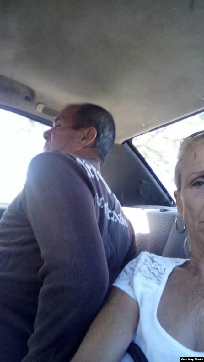 José Díaz Silva, detenido y esposado, en la foto su esposa la Dama de Blanco Lourdes Esquivel. FOTO: L. Esquivel.