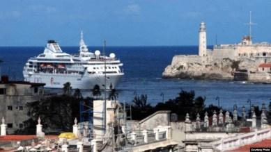 Un crucero pasa junto al Morro en la entrada del puerto de La Habana.