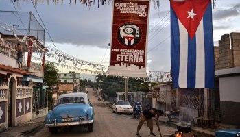 Cubanos cocinan en la calle el 28 de septiembre de 2018, por el aniversario 58 de la fundación de los CDR.