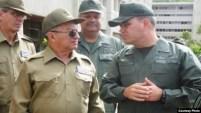 El general Leopoldo Cintra Frías (con gafas oscuras) junto al ministro de Defensa de Venezuela, general Vladimir Padrino (Foto: Archivo).