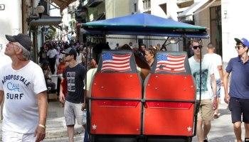 Turistas caminan por una calle de La Habana. (Archivo)