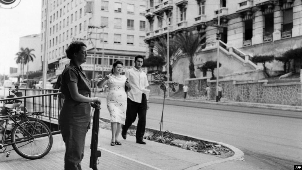 En esta imagen tomada en 1962 una miliciana custodia una calle de La Habana. (JENO PAPP / INTERFOTO MTI / AFP)