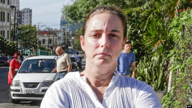 Tania Bruguera en una calle de La Habana. (Archivo)