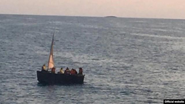 La embarcación en que viajaban los cubanos. (Real Fuerza de Defensa de Bahamas)