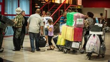 Foto Archivo. Cubanos hacen fila para chequear en Aduana en el Aeropuerto Internacional José Martí de La Habana. AFP PHOTO/ADALBERTO ROQUE