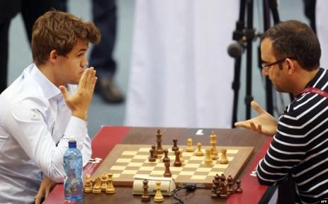 Foto Archivo: Leinier Domínguez (der.) jugando con el campeón del mundo, el noruego Magnus Carlsen, en Doha, Qatar, 2016.