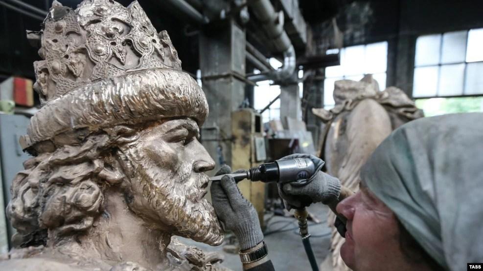 Скульптор работает над фрагментом памятника Ивану Грозному в Орле