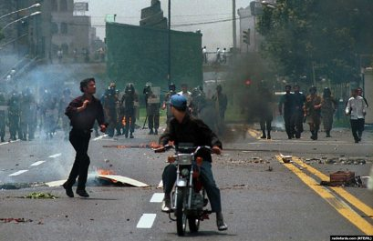 نیروهای ضدشورش و لباسشخصیها در حوالی میدان انقلاب برای مقابله با دانشجویان معترض صف بستهاند.