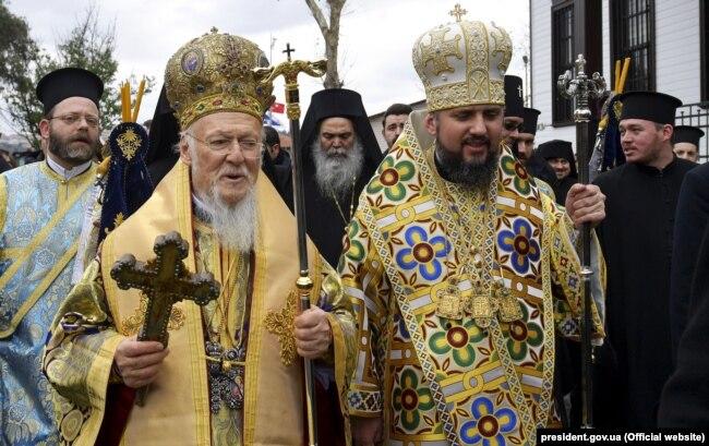 Зліва направо: Вселенський патріарх Варфоломій і митрополит Епіфаній, глава Православної церкви України після Богоявленської меси в Патріаршому соборі Святого Георгія в Стамбулі, 6 січня 2019 року