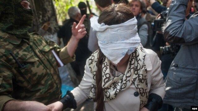 Irma Krat sa povezima na očima izvedena je pred novinare