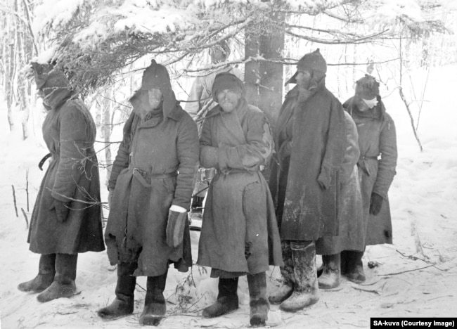 Поранені та змерзлі червоноармійці після захоплення у полон в лютому 1940 року
