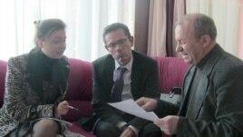 Иван Симонович (в центре) встречается с представителями украинской общины Крыма 21 марта 2014 года