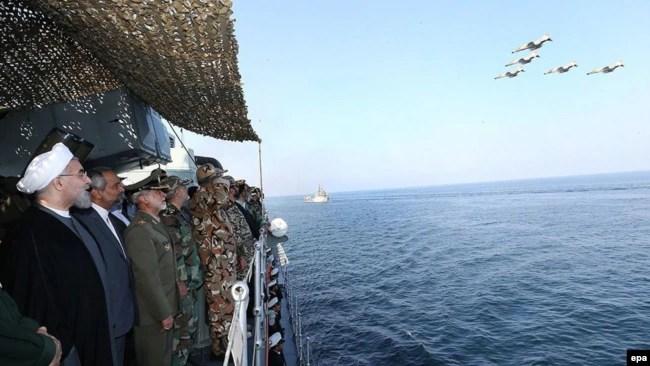 حضور روحانی در یکی از مانورهای دریایی ایران در تنگه هرمز