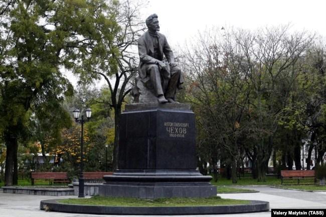Пам'ятник письменникові Антону Чехову в Таганрозі, який був відкритий у 1960 році