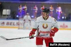 Лукашенко бере участь в аматорській грі з хокею. Хокейні турніри у Білорусі продовжуються попри пандемію COVID-19. Мінськ