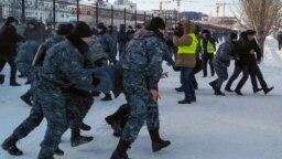 Разгон мирного шествия в казахстанской столице в День Независимости, 16 декабря 2019 года. Эта дата совпадает с 33-й годовщиной антисоветских демонстраций в Алма-Ате 1986 года и восьмой годовщиной подавления многомесячной забастовки нефтяников в городе Жанаозене в 2011 году.