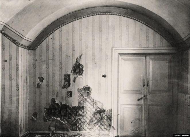 В 1918 году царя с царицей и пятерых их детей вместе с несколькими слугами большевики завели в этот полуподвал, где открыли стрельбу. После выстрелов, по сведениям историков, членов царской семьи добивали штыком.