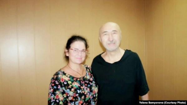 Арон Атабек и посетившая его в СИЗО Павлодара правозащитник Елена Семенова. 26 июля 2019 года.