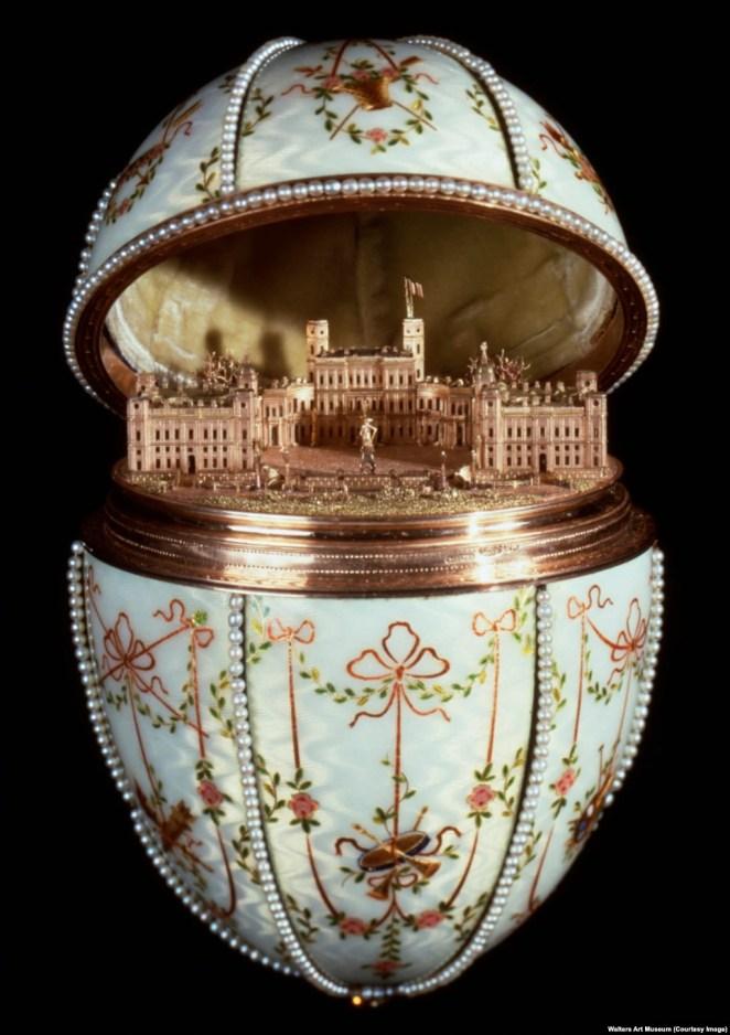 Цари просили, чтобы яйца содержали какой-нибудь «сюрприз». Внутри яйца «Гатчинский дворец» - миниатюрная модель императорской резиденции под Санкт-Петербургом. Восьмисантиметровая копия резиденции изготовлена вплоть до мельчайших подробностей: можно рассмотреть и живую изгородь, и брусчатку, и развевающийся флаг над дворцом.
