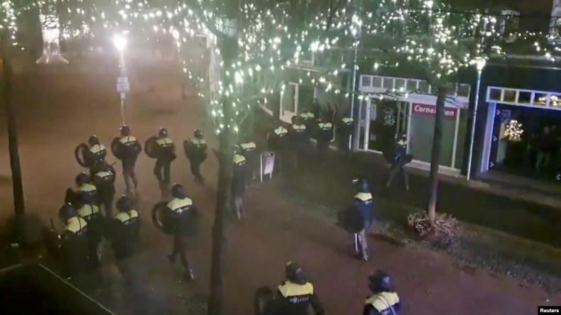صحنهای از درگیری دوشنبه شب پلیس ضدشورش هلند با معترضان به محدودیتهای کرونایی