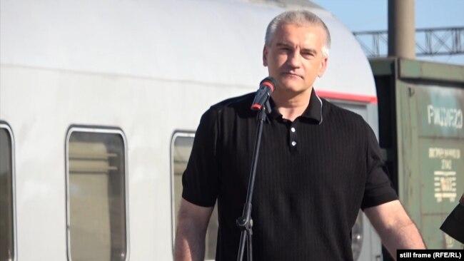 Cергій Аксьонов на перевантаженні труб для будівництва нового водогону