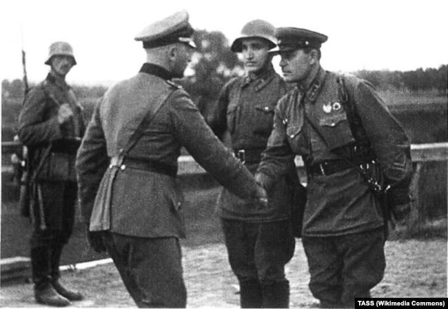 Німецький і радянський офіцери потискають руки наприкінці Польської операції, 1939 рік. Фото ТАСС, яке було опубліковано у вересні 1940 року в газеті «Красная звезда» до першої річниці поділу території Польщі між Німеччиною і СРСР