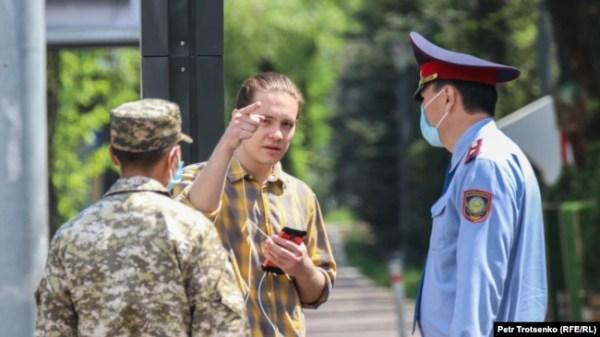 Полицейские останавливают молодого человека. Алматы, 25 апреля 2020 года.