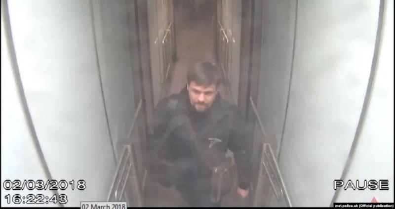 """Человек, которого мы знаем под именем """"Боширов"""", в лондонском аэропорту Гэтвик. Кадр с камеры слежения. Пятница, 2 марта, 16:22."""