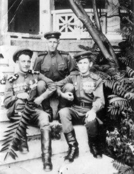 Лев Карагодин (в центре) с боевыми товарищами в крымском госпитале