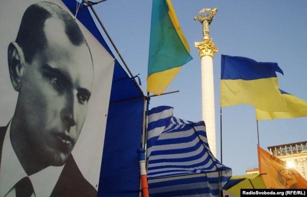 Портрет лідера ОУН Степана Бандеры (1909-1959) на майдані Незалежності в Києві, 14 липня 2006 року
