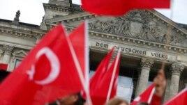 روز گذشته و با شدت گرفتن اعتراضات ترکیه به رایگیری، تعداد از ترکهای ساکن آلمان مقابل ساختمان پارلمان در برلین تجمع کرده بودند