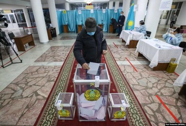 Голосование на одном из избирательных участков в Алматы. 10 января 2021 года.