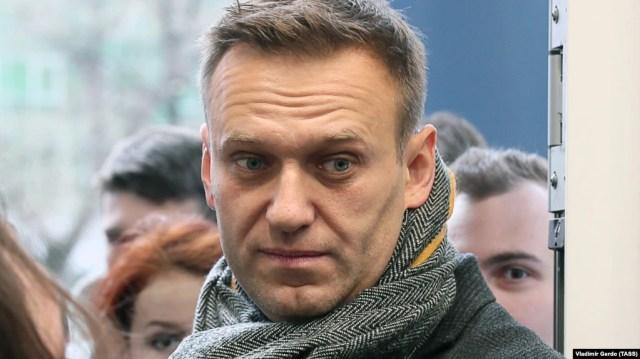Aleksei Navalny stoi przed sądem rejonowym w Moskwie 6 grudnia.