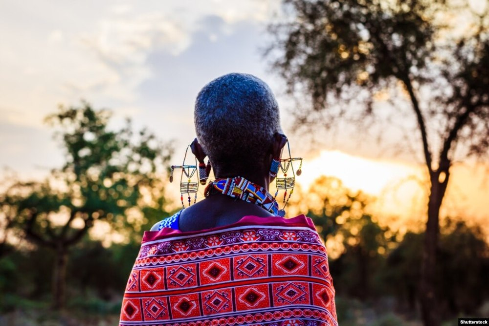 Масаї були переселені з родючих земель між горами Меру і Кіліманджаро і найбільш родючих високогірних територій біля давнього вулкана Нґоронґоро в 1940 році. Багато земель було забрано, щоб створити заповідники і національні парки