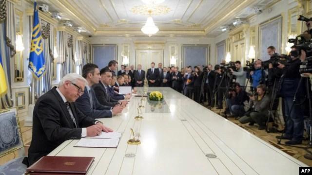 امضای توافقنامه میان رئیس جمهور و اپوزیسیون اوکراین با میانجیگری سه تن از وزرای خارجه اتحادیه اروپا صورت گرفت- دوم اسفندماه ۱۳۹۲