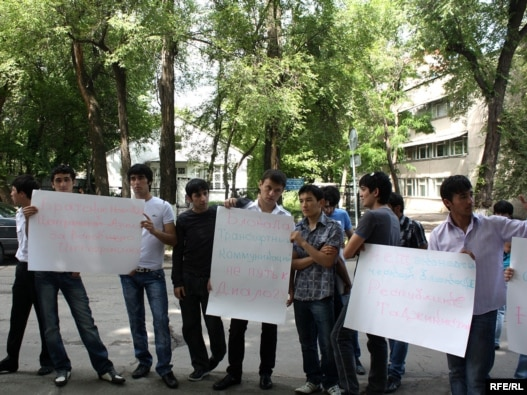 Tajik protest the disruption of humanitarian aid transports in Bishkek.