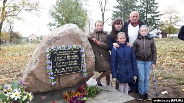 Валеры Петрыкевіч разам са школьнікамі побач з памятным камянём у Зачэпічах