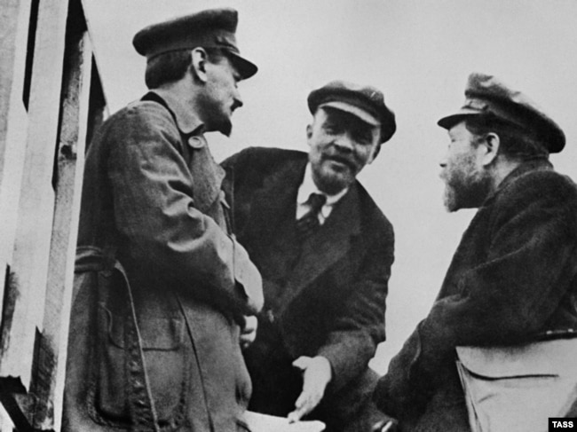 Зліва направо: Лев Троцький, Володимир Ленін
