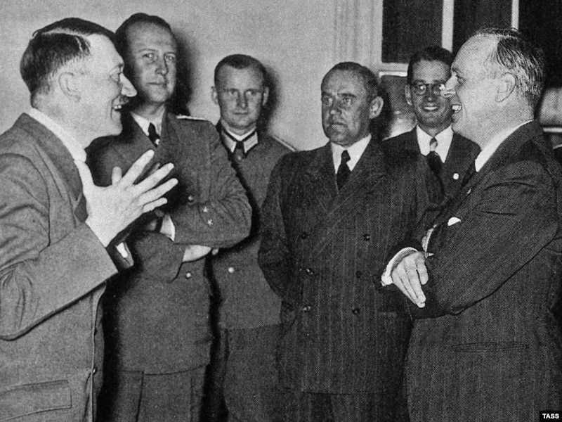 Ribbentrop with Hitler and Weisacker friends (affter Russia pact)