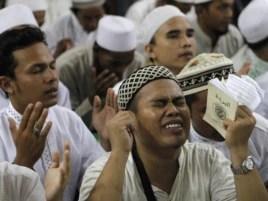 Члены базирующейся в Индонезии группировки «Исламский фронт защитников» совершают молитву в честь лидера экстремистской группировки «Аль Каида» Осамы бин Ладена. Джакарта, 4 мая 2011 года.