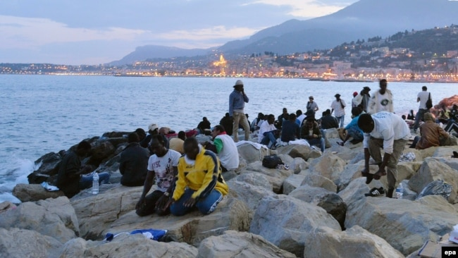 Miqrantlar İtaliya-Fransa sərhədində namaz qılırlar.