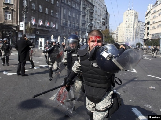 At least three riot policeman were injured during clashes with antigay protesters in Belgrade today.