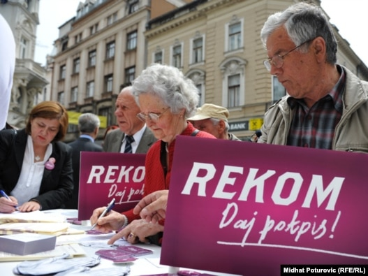 Početak kampanje 'Milion potpisa za REKOM-', koja se sprovodi u svim većim gradovima bivše Jugoslavije, Sarajevo 26. april 2011.