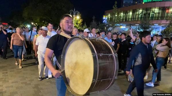 Прогулка активистов в центре Алматы, которую они называют «субботажем». 13 июня 2020 года.