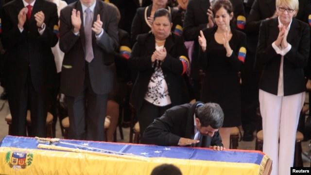 بوسه محمود احمدی نژاد بر تابوت هوگو چاوز