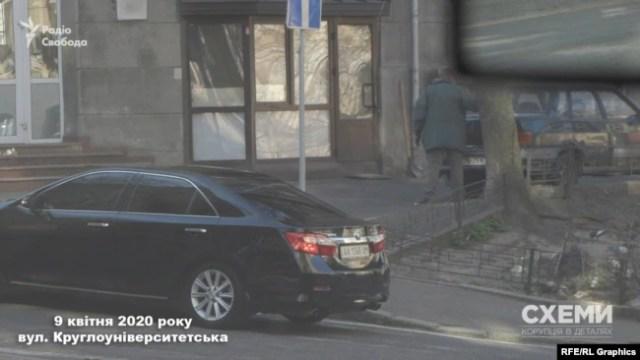 Цей же кортеж з двох Toyota Camry журналісти побачили там ранком і 9 квітня